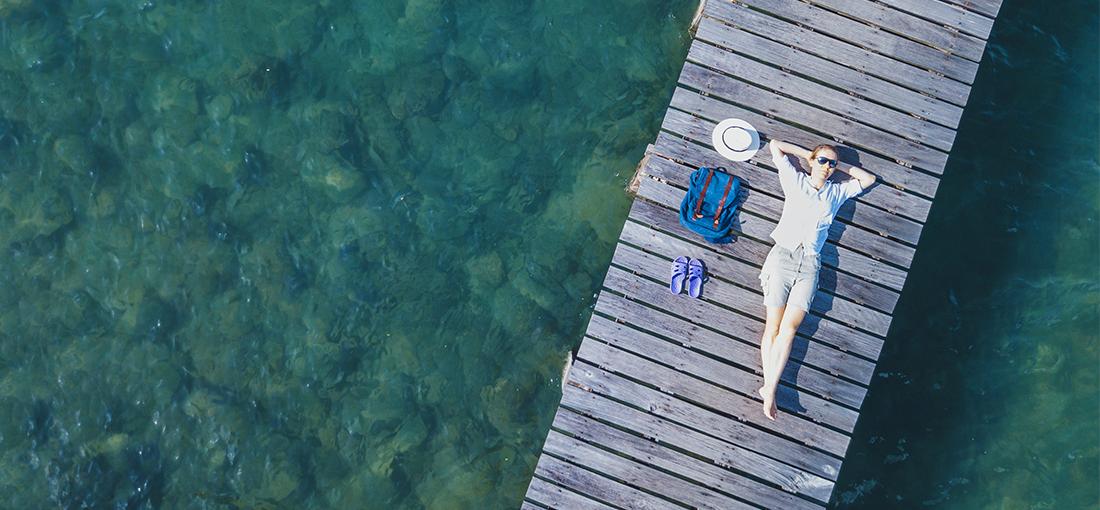 Photo femme allongée ponton
